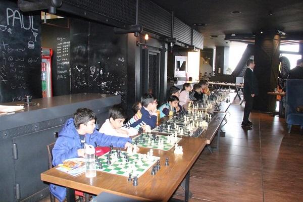 مسابقه شطرنج سیمولتانه(شطرنج همزمان) برگزار شد